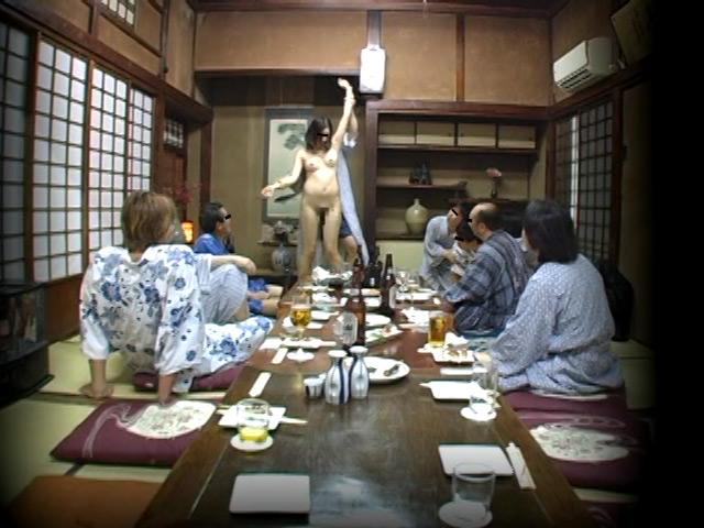 忘年会で部下の妻を強制裸踊り後に輪姦したビデオ 総集編240分 の画像14