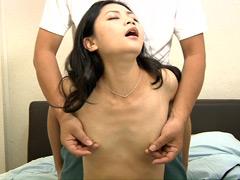 人妻の乳首観察&乳イジリ