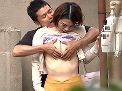 【エロ動画】背後から突然人妻の乳を揉みしだいたら…のエロ画像
