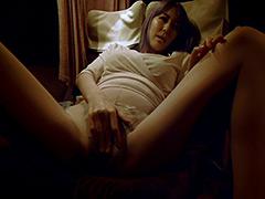 【エロ動画】夜の高速バスで痴漢を誘う人妻のエロ画像