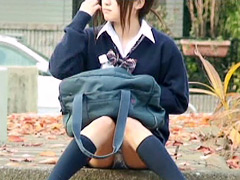 パンチラ:女子校生の太ももと生パンティ(シミ付き)