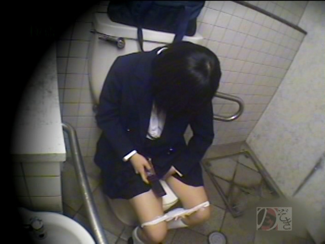 盗撮!女子校生の公衆トイレ制服オナニーDX ~偶然撮られた映像に興奮~ の画像4