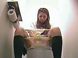 女子校生がトイレでリアル指ズボオナニーする映像