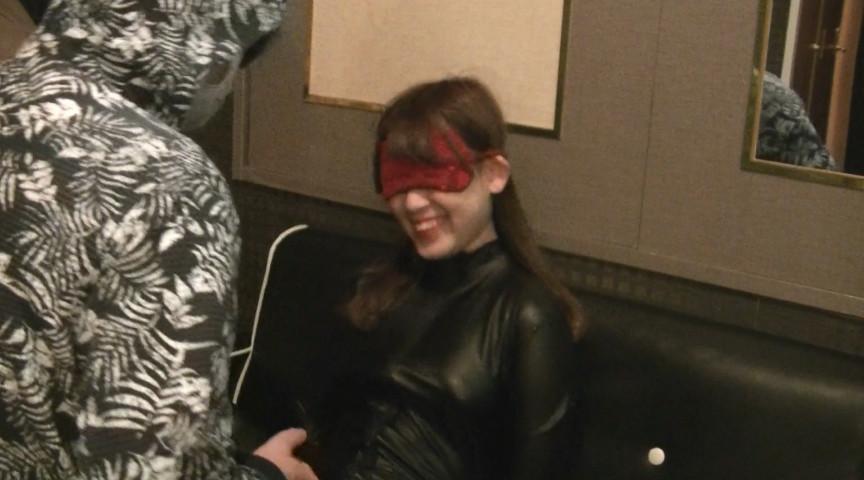 ラバースーツ美女 拘束してくすぐり責め(2)