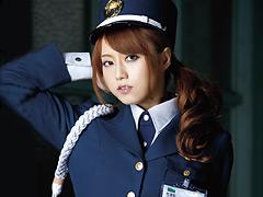 【エロ動画】犯された美人警備員 吉沢明歩のエロ画像