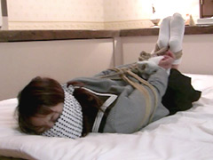 【エロ動画】囚われの制服少女のエロ画像