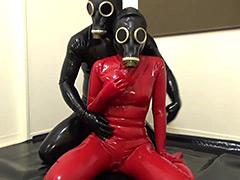 フェチ:ラバーガスマスク彼女と呼吸制御SEX!!!