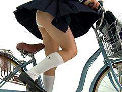 下着:女子校生の自転車パンチラ3