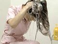 豊潤な泡にまみれるしなやかな髪。甘い香りとその仕草がほのかな色気と安らぎを感じさせる…女性の洗髪姿をじっくりと鑑賞。