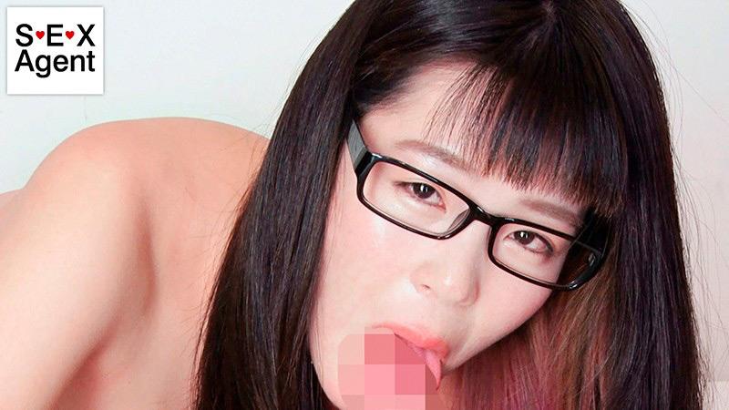 知的な眼鏡女性と見つめ合う完全主観フェラ2