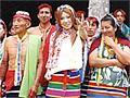 今回はアマゾンのジャングルにはるばる日本からAV女優をお届け。言葉の壁にぶつかり、アマゾン川をカヌーで下り、シャーマンのお祓いを受けたり、民族衣装を着て記念撮影、そして現地人とのファック異文化交流で身も心も打ち解ける地球サイズAV!