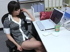 休日出勤したら同僚がエロい私服で働いていました。