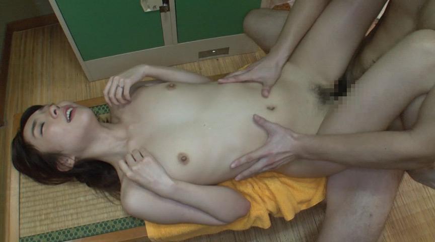 温泉旅行で美人妻のフェラ尻に我慢できず後ろから即ハメ