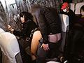 今回はシリーズ初の特別編。夜行バスで受験のために上京する女子校生がターゲット!消灯後に少女に近づくと車内夜這いで感じさせる。声も出せない状況で何度もイカせた直後に容赦なく生挿入!眠る乗客を起こさぬようにスローピストン!膣奥までグリグリ刺激され無言イキを繰り返す!最後は理性を失ったオマンコに【全員】騎乗位中出し!! ※本編顔出し
