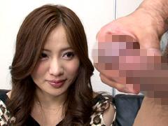 【エロ動画】欲求不満の人妻に勃起チ○ポを見せるとどうなる!?6のエロ画像