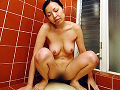 お母さんの放尿3