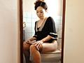 (北村みどり)お母さんの恥ずかしいところを見たい。そう思った僕は、トイレにカメラを設置した。お母さんのオシッコをする風景がバッチリ撮れている。トイレに響き渡るオシッコの音や、気持ちよさそうに用を足すお母さんの姿…。熟女お母さんの放尿シーン。(木村雅子)洗濯が終わりふと感じる尿意。ここなら誰にも見られない。こんな天気のいい日は外でしちゃおう。日の光に照らされておしっこも輝いて見えるしね。熟女お母さんの、誰にも見られてはいけない秘め事。(神威まなみ)私は、ストッキングとパンティーを一気に下ろすと便器に座り込んだ。シャー…長い水音。いつもは見れないお母さんの隠れた姿…。放尿するところなんて、ここでしか見れません。室内に木霊する長い水音は、かなりのエロスを感じさせます。熟女お母さんの放尿。