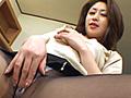 オナニービデオの決定版!渡辺琢斗氏が手がける長寿シリーズ・ミセスバーチャオナ。ムチムチの太股がとってもおいしそうな脚線美の奥様奈美さんは、お上品なお顔立ちです。その上セックスが大好きで、毎日のようにオナニーをしているそうです。お掃除の途中で階段の手摺りに股間を擦りつけたり、ダイニングのテーブルの角に股間を擦りつけたりして、快感を貪ります。やがてスケスケのとってもエッチなガーターランジェリーに着替えるのですが、ムチムチ美脚が映えてとっても素敵です。ガーターランジェリー姿でマンコにバイブを出し入れする姿は、お上品なお顔からは想像できない卑猥さです。