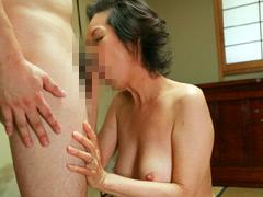 クンニ動画|若い介護士を呼びつけてはチンポを食べまくる色情老婦人