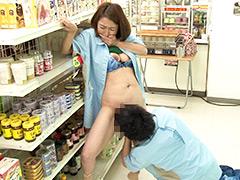 【エロ動画】一緒に働く店長の奥さんは誰もがソソる美熟女4のエロ画像