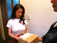 【エロ動画】普通の主婦が自宅に来た宅配のお兄さんをノーブラで挑発のエロ画像