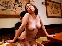 【エロ動画】美人沖縄母娘が営む居酒屋に通って2発ヤリたいのエロ画像