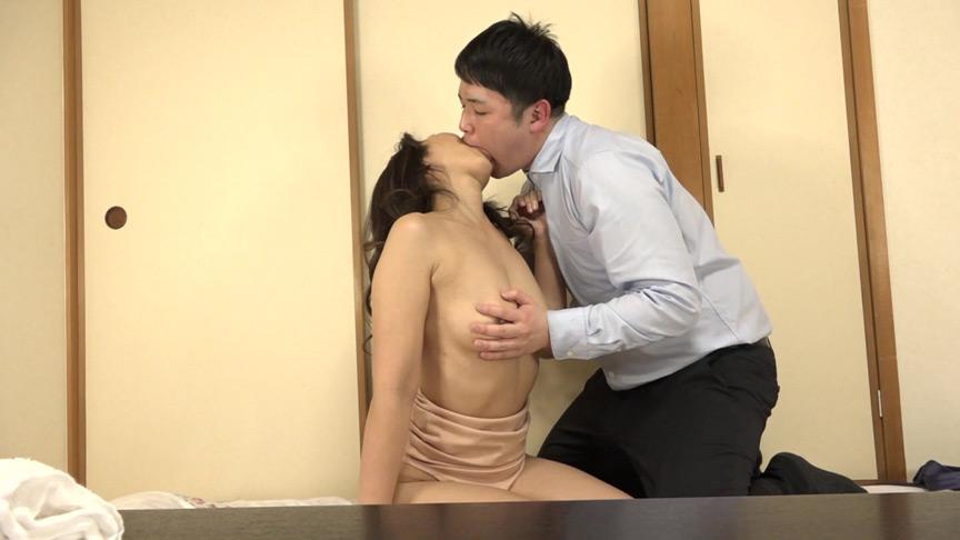 カラダを見せつけてオマ●コを濡らす五十路熟女