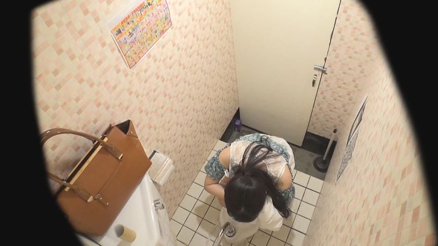 ゲーセン女子トイレ盗撮 突発性発情オナニー