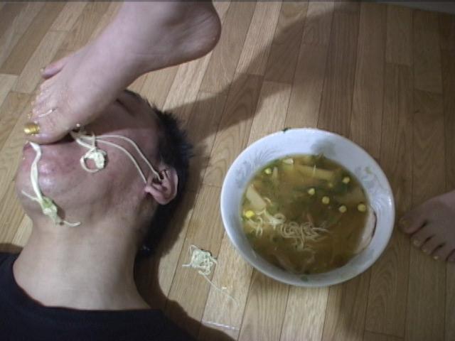 エグい!ラーメンを足でかき混ぜしっかり足ダシが出てからM男に食べさせました!! の画像2