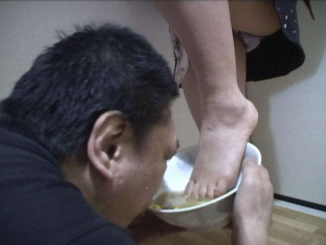 エグい!ラーメンを足でかき混ぜしっかり足ダシが出てからM男に食べさせました!! の画像4