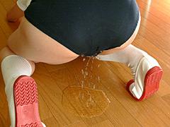 体操服から落ちる尿