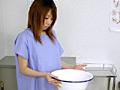 洗面器の中に音を立てて溜まるおしっこを見ながら、恥