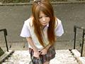 明るい髪の毛を風にふんわりとなびかせて公園を歩く