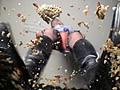 殻が割れて中身が飛び出して潰れる瞬間…