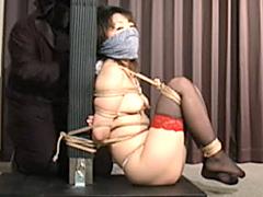 スレンダー美乳お姉さんがコルセット着用のままラップでぐるぐる巻きに拘束されておまんこ電マで強制アクメw
