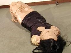 【エロ動画】マミフィケーション 粘着テープで作るマミーのエロ画像
