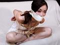 白のキレイなレースをあしらったスリップにパンストを穿いた「長谷川葵」ちゃんが、ソファーの上で縛られてスラーっとした長い足を投げ出します。その後、あぐらをかいた状態で縛られます。身動きが取れずに悶える姿をご覧ください!!
