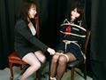 セーラー服姿の『菅原花音』ちゃんが先生に扮した『吉井美希』に縛られる!普段から生活態度の悪い花音ちゃんに説教するが、聞く耳をもたない。座った状態で縛り付られ、ボールギャグまで嵌められる…。どれだけもがこうが、縄が解ける気配はない…。