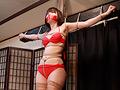 赤のビキニにガーターレスストッキングを履いたセクシーな姿の『星乃華』ちゃんが登場。男に口を塞がれ緊縛されてしまいます。もがく度に縄が肌に食い込んでいく…。様々な緊縛姿をご堪能ください。