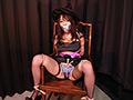 ハロウィンコス姿の「櫻乃春」が男にガムテープで口を塞がれ、椅子に座った状態で、股を開いた淫らな姿で緊縛されてしまう。完全に身動きの取れない状態で必死にもがくが、縄が解ける気配はない…。