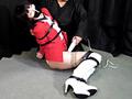 赤のスーツに身を包んだ「星乃華」が、口をガムテープで塞がれ、全身を拘束された状態で放置されている。必死に喚いて抵抗するが、縄が解ける気配はない…。さらに、そんな身動きの取れない状態で電マで責められてしまう…。