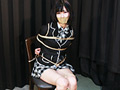 ブレザー姿の「中川鞠菜」ちゃんが登場!!椅子に座った状態でロープで縛られ必死にもがきます。ポケットに入ったスマホを何とか取ることができるもすぐに見つかり没収されてしまいます。