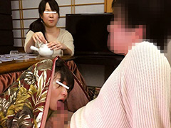 母親と息子がコタツでこっそり近親相姦ゲーム