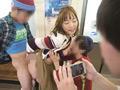 電車のドアに挟まれて身動きできないデカ尻女VSエロガキ 6
