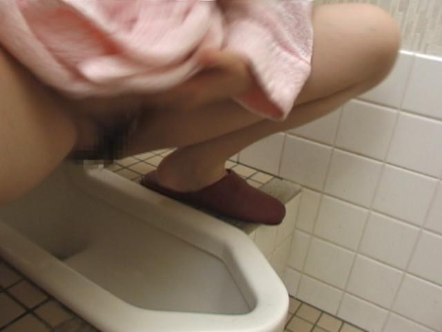 ギリギリのモザイクで見る熟女の放尿