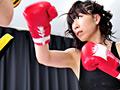 軽快なフットワークとシャドーを披露する戦績5戦4勝の本物プロボクサー、サンダ―紗奈恵は、ボクシング明け暮れ、セックスの経験は1回きり。初体験の感想をきかれると「パンチの痛みより、我慢できました」とこたえる猛者っぷり。そんな紗奈恵が人生初となるナマ中出しをかけたボクシングバトルに挑む!