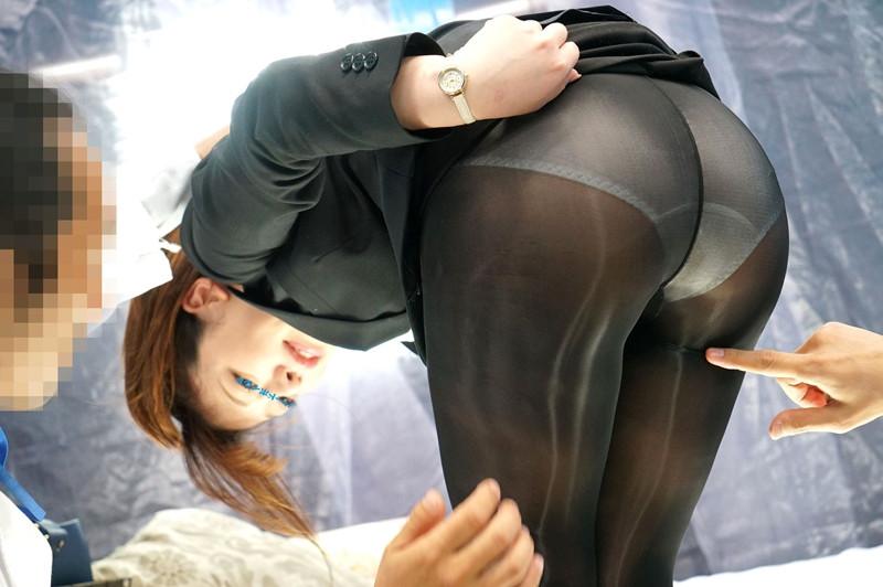 濡れると光るストッキングを履いてもらって美脚を堪能!