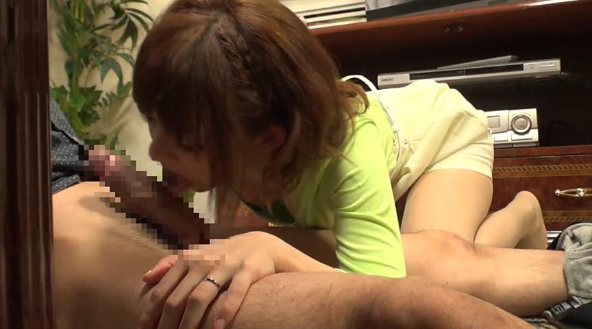 乳首ポッチになった胸をチラつかせてくる友達の母親。3