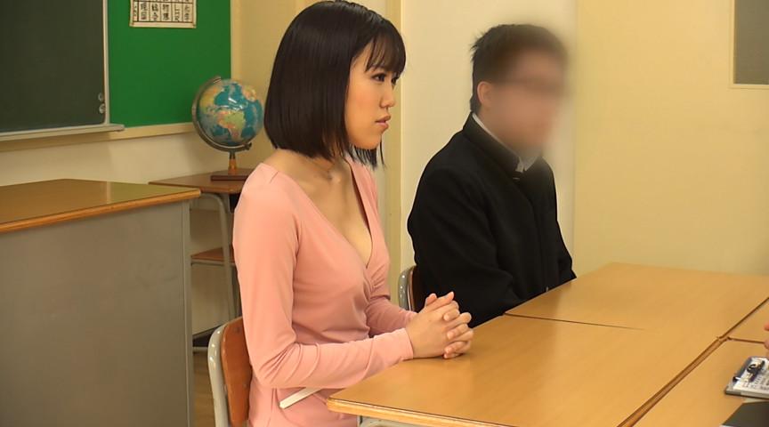 三者面談で母親が胸元の開いた服で先生を誘惑。