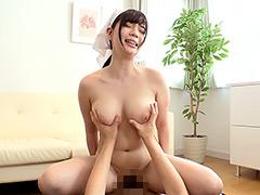 【エロ動画】人妻が危険なデカパイを見せつけてくる!の人妻・熟女エロ画像